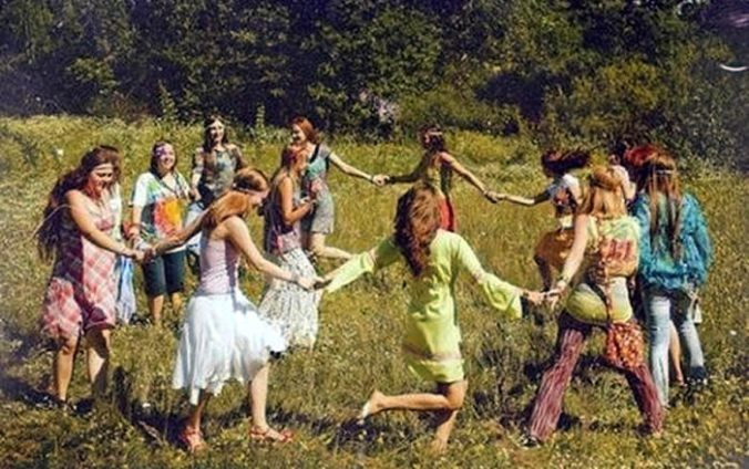 700 Hippies dancing